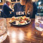 Eau gratuite au restaurant à Bruxelles Belgique (c) unplash Photo by Artur Tumasjan